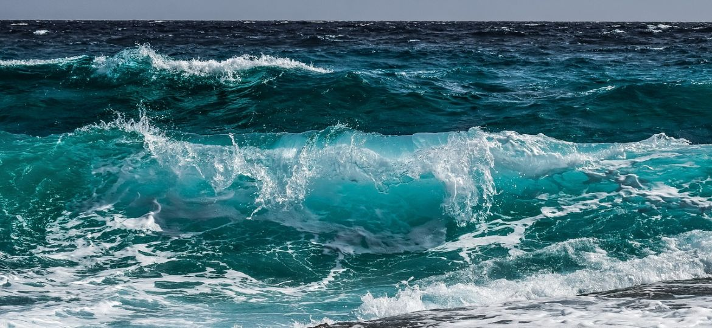 imagen del oceáno atlantico con resaca